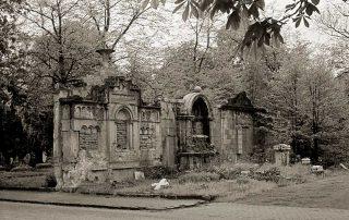 alte Grabdenkmäler auf dem Johannisfriedhof